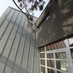 Kovová přístavba k domu lékaře
