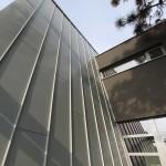 Moderní přístavba k domu lékaře