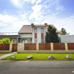Rodinný dům s kovovou přístavbou