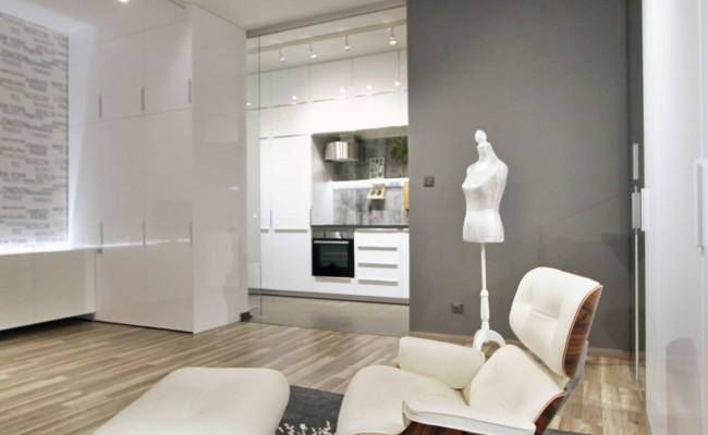 Pohled na obývací pokoj s kuchyní